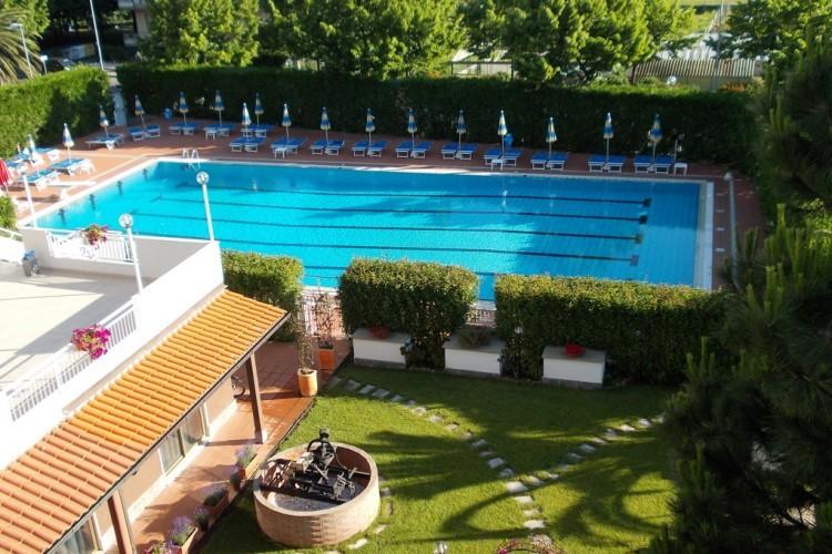 Liguria residence sul mare appartamenti con piscina albenga - Residence marzamemi con piscina ...